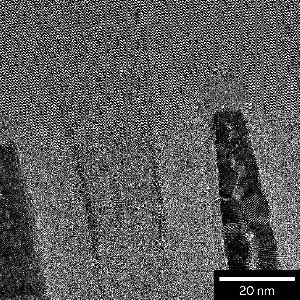 "HR-TEM_image of a ""gate-cut"" TEM lamella prepared from a 10 nm technology node"